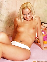 Sexy teenie blonde spreading her thight and wet pussyhole