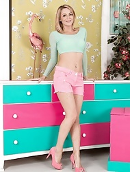 Vanessa Scott strips naked in her pink heels